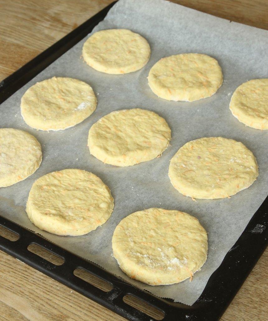 3. Lägg degrundlarna på en plåt med bakplåtspapper och nagga med en gaffel. Låt dem jäsa under bakduk i ca 30 min. Sätt ugnen på 250 grader.