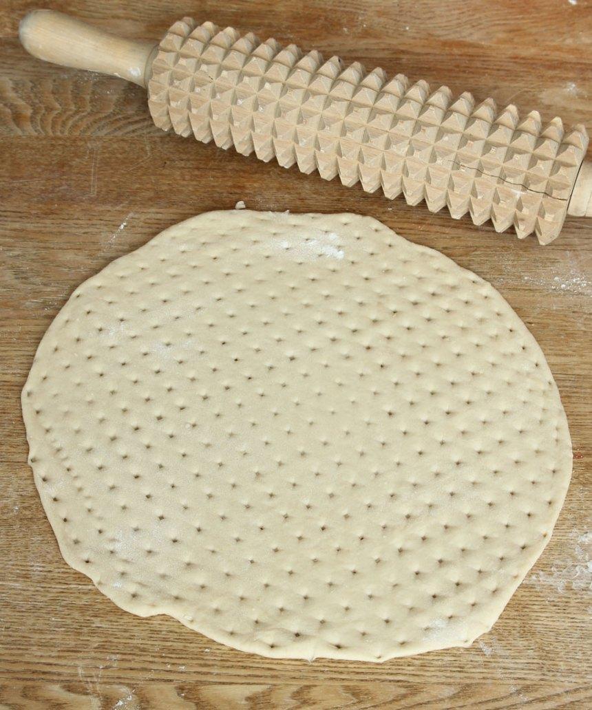 2. Häll smeten i en form, ca 19 x 27 cm, klädd med bakplåtspapper.
