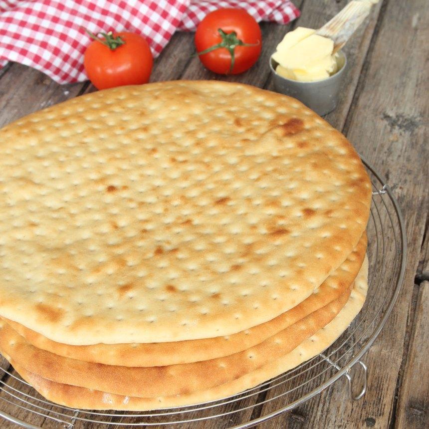 5. Fyllning: Smält smöret och tillsätt mjölk, kanel och vaniljsocker. Låt blandningen puttra i ca 1 min under omrörning.