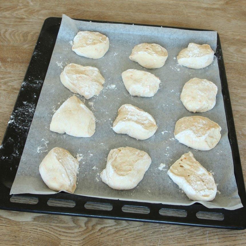 3. Lägg frallorna på en plåt med bakplåtspapper. Låt dem jäsa under bakduk i ca 30 min. Sätt ugnen på 250 grader.