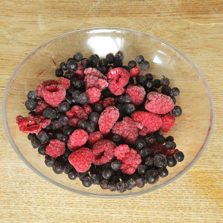 4. Blanda blåbären och hallonen i en skål. Blanda dem med potatismjöl.