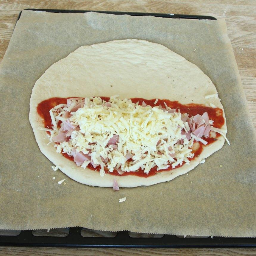 4. Strö över riven ost och skinka, varva så att det blandas. Strö över oregano.