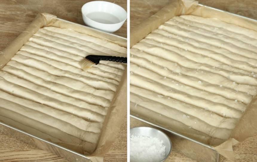 4. Pensla brödet med vatten och strö över flingsalt.