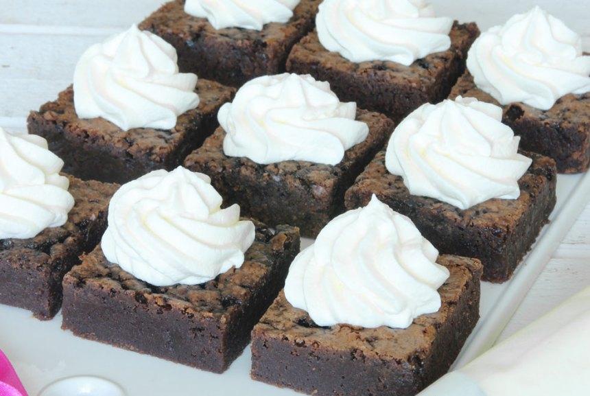 5. Pudra över florsocker och skär kakan i bitar. Servera den gärna med en klick grädde, vaniljsås eller glass.