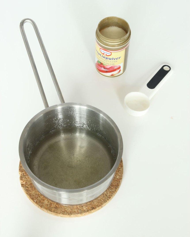 2. Blanda gelatinpulvret och det kokheta vattnet i en kastrull.