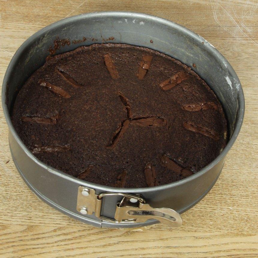 4. Grädda kakan mitt i ugnen i 25–30 min beroende på hur kladdig du vill ha den. Låt den svalna i formen.