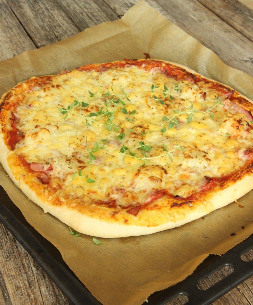 5. Grädda pizzan mitt i ugnen i 10–13 min (något kortare tid om du gör två mindre pizzor). Håll koll så att den inte bränns på ytan.