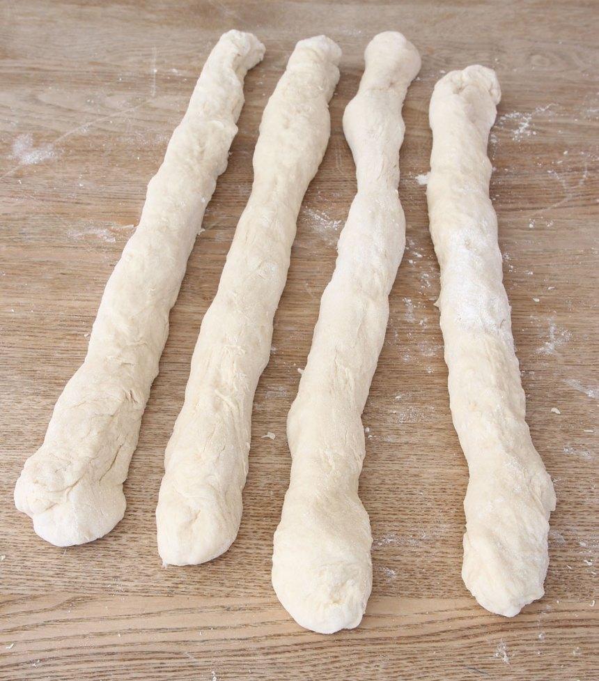 3. Rulla ut bitarna till längder, 50–60 cm långa och lägg dem bredvid varandra.