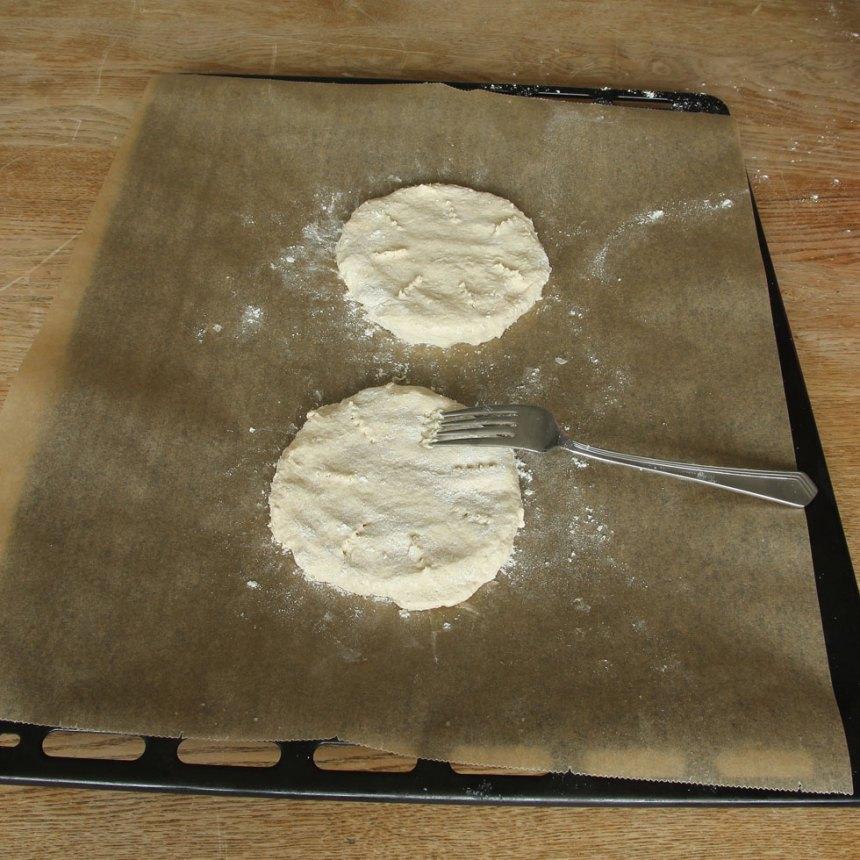 3. Platta till degbitarna med mjölade händer, 1 ½ cm tjocka och nagga dem med en gaffel.
