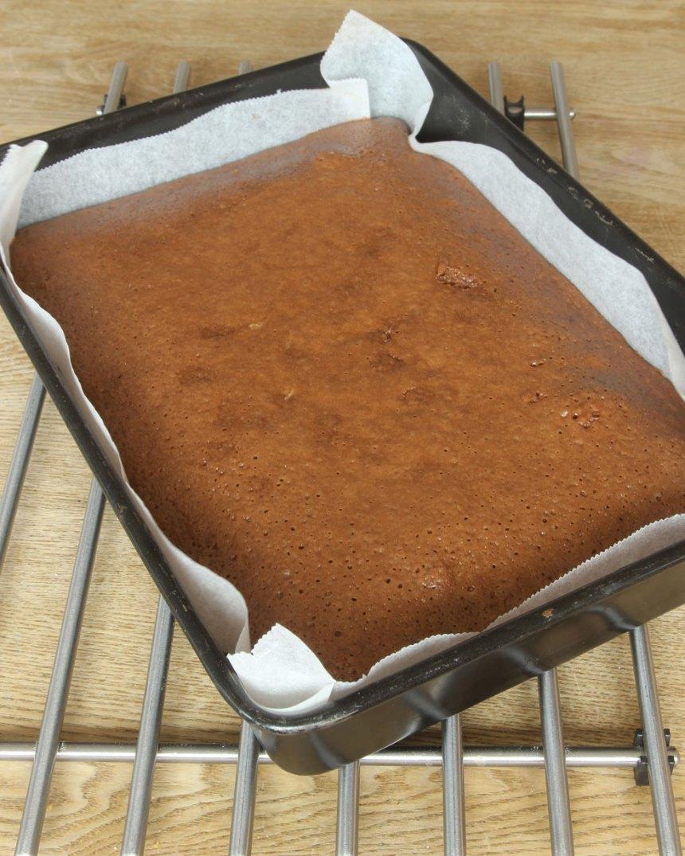 4. Grädda kakan längst ner i ugnen i 35–40 min. Låt den kallna i formen.