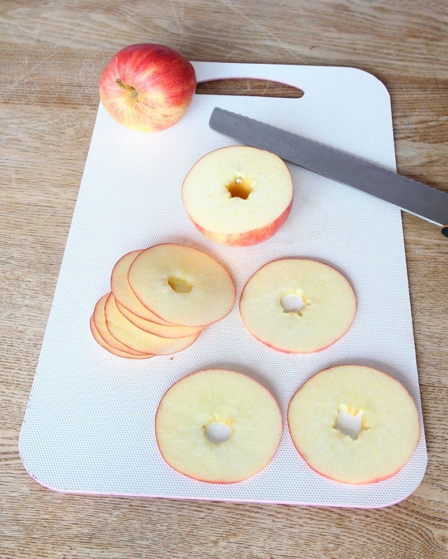 2. Skär äpplena i millimetertunna skivor.