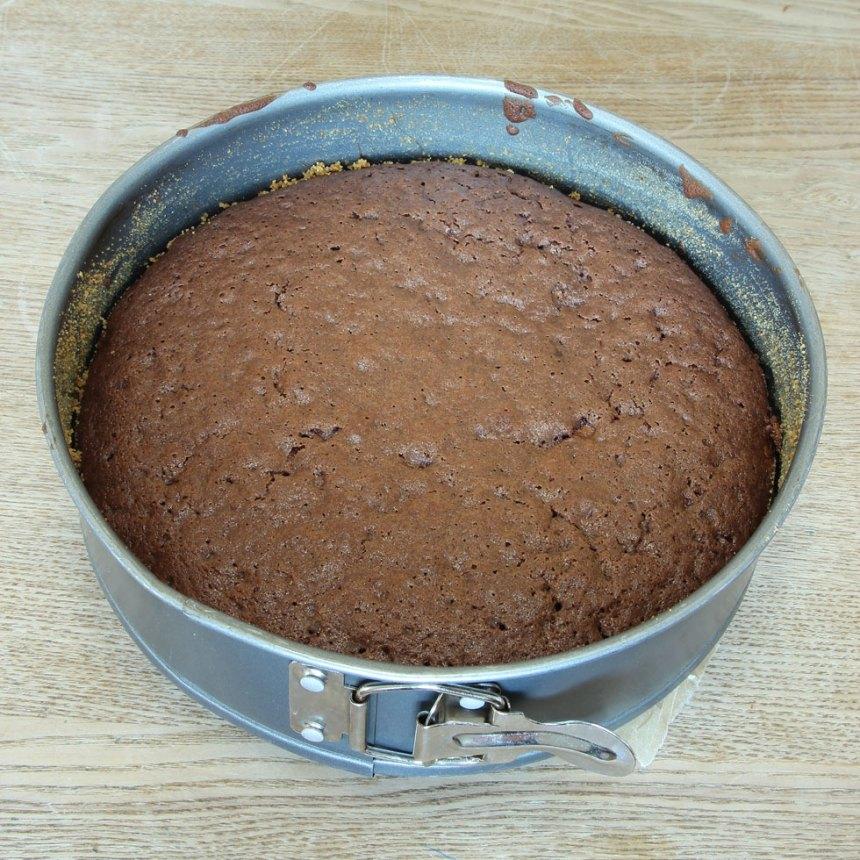 3. Grädda kakan mitt i ugnen i 24–30 min beroende på hur kladdig du vill ha den. Låt den svalna i formen.