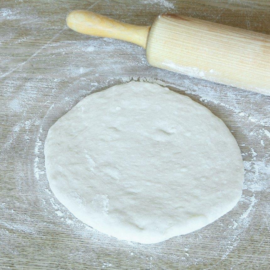 3. Kavla ut varje deg till en rundel, 18–19 cm i diameter.