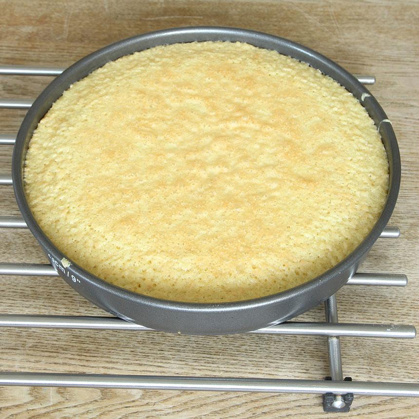 3. Grädda kakan mitt i ugnen i 24–30 min beroende på hur kladdig du vill ha den. Låt den svalna i formen. Pudra över lite florsocker. Servera gärna med vispgrädde.