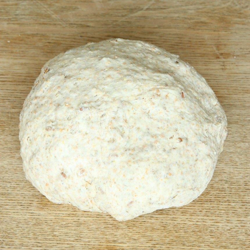 1. Smula ner jästen i en bunke och lös upp den i mjölken. Tillsätt salt, rapsolja, rågmjöl, grahamsmjöl och vetemjöl, lite i taget. Blanda ihop allt till en smidig deg och knåda den kraftigt i några minuter så att glutentrådarna blir starka och brödet luftigt och saftigt. Låt degen jäsa under bakduk i ca 45 min.