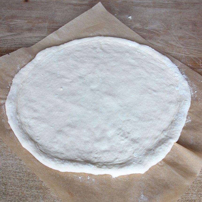 2. Kavla ut degen till en rundel, ½–1 cm tjock, på ett bakplåtspapper. (Eller dela degen i två bitar och kavla ut två mindre rundlar). Låt kanterna vara något tjockare.