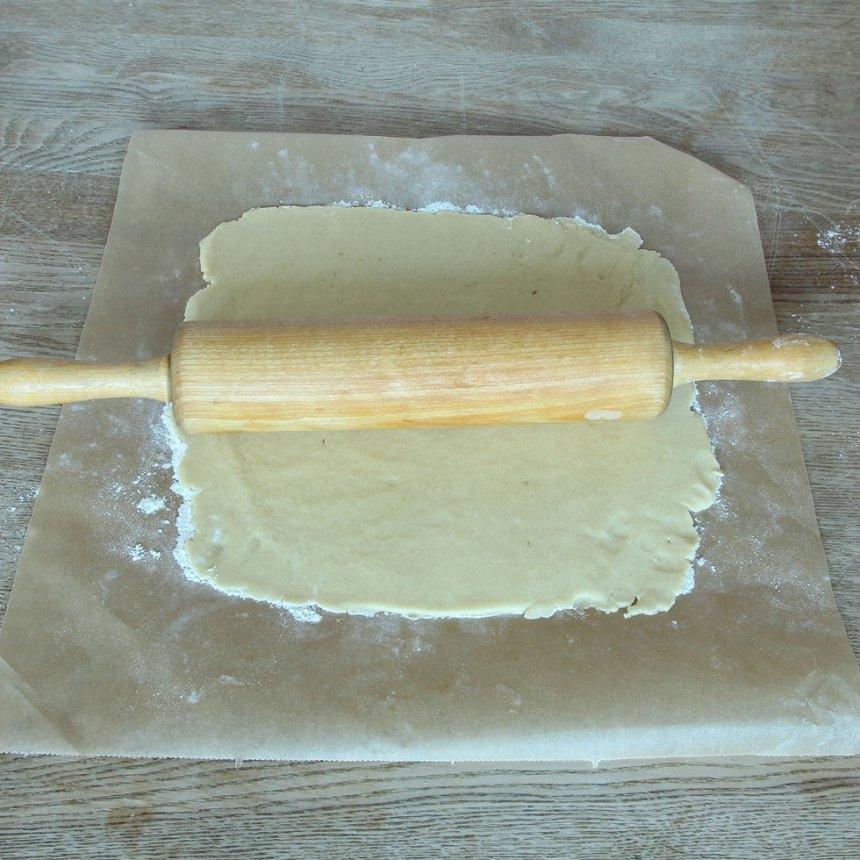 2. Kavla ut degen till en rektangel som är 3–4 cm längre än chokladkakan och ca 20 cm bredare, på ett bakplåtspapper.
