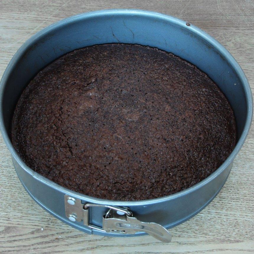 3. Grädda kakan mitt i ugnen i 26–30 min beroende på hur kladdig du vill ha den. Låt den kallna i formen.