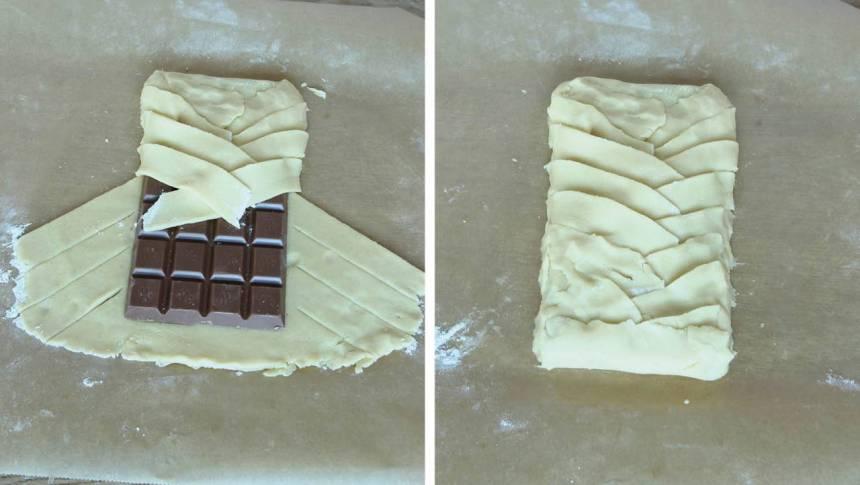 4. Vik översta kanten över chokladkakan. Fläta ihop flikarna ovanpå chokaldkakan och vik upp den undre kanten.