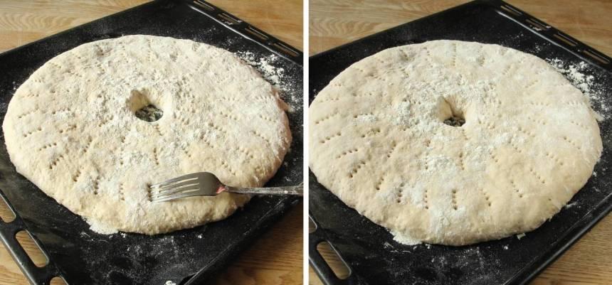 4. Strö över lite mjöl och nagga bröden med en gaffel. Låt dem jäsa under bakduk i ca 30 min. Sätt ugnen på 230 grader.