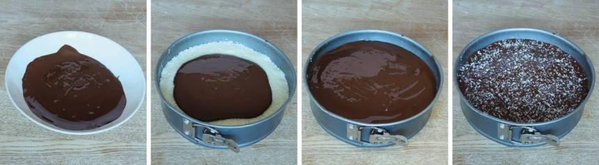 6. Bred ut den smälta chokladen över kokosen. Strö över lite kokos och låt chokladen stelna.