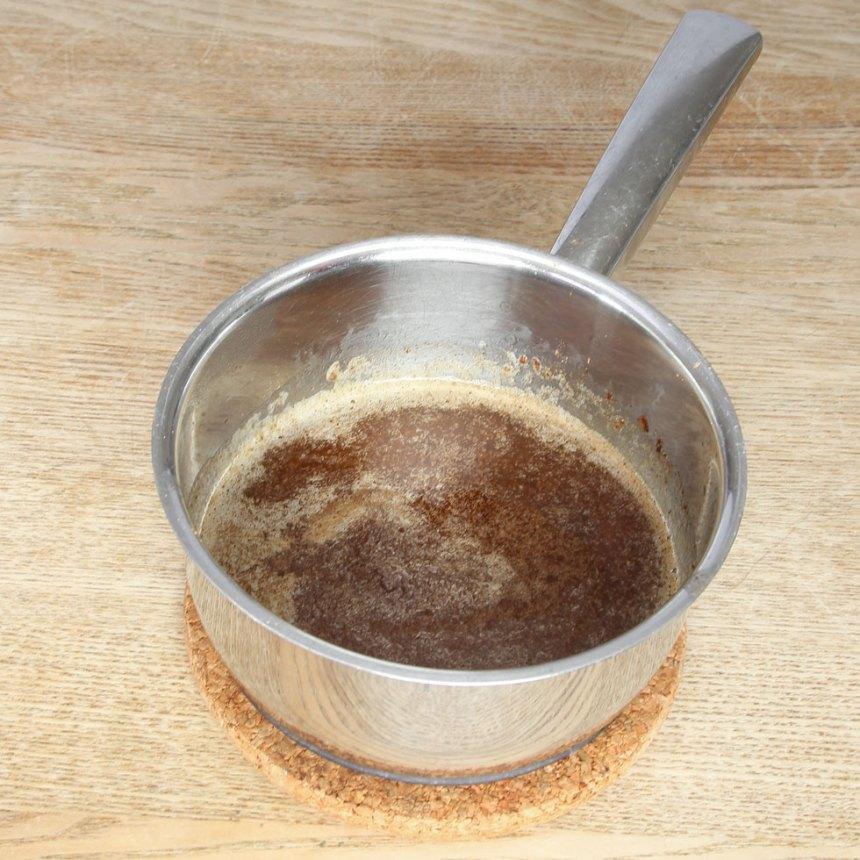 1. Sätt ugnen på 180 grader. Smält smöret i en kastrull. Ta bort kastrullen från plattan och rör ner pepparkakskryddan och 1 tsk kanel (eller en blandning av kanel, ingefära, kardemumma och kryddnejlika enligt ovan).