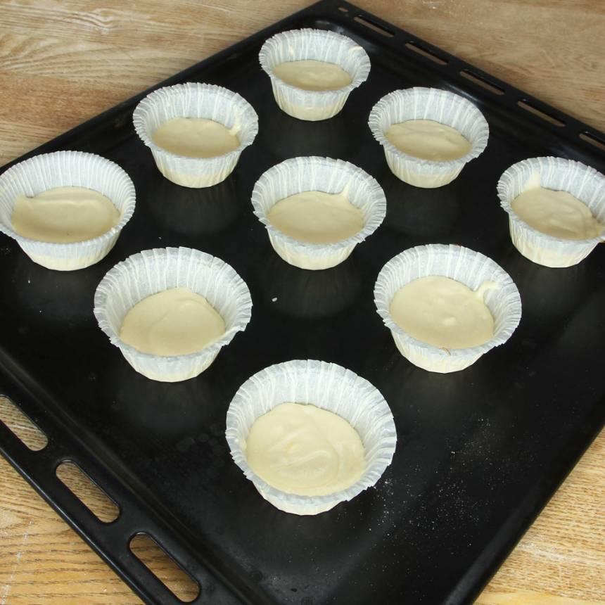 2. Fördela smeten i ca 12 muffinsformar på en plåt eller i en muffinsplåt. Fyll formarna till ca hälften.