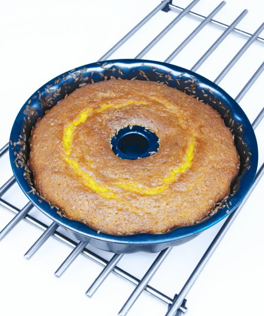 3. Grädda kakan längst ner i ugnen i 40–45 min. Låt den svalna i formen.