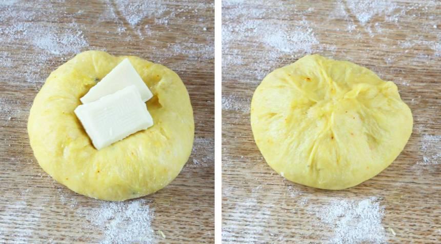 3. Forma släta bullar av dem. Tryck ner 2–3 bitar vit choklad i varje bulle och nyp ihop ordentligt.