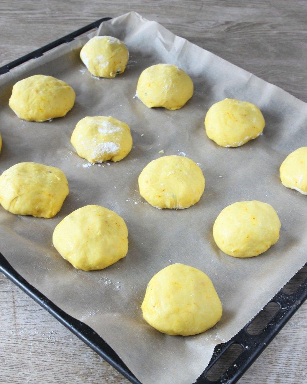3. Forma runda bullar av degbitarna. Lägg dem med på en plåt med bakplåtspapper. Låt dem jäsa under bakduk i ca 30 min. Sätt ugnen på 230 grader.