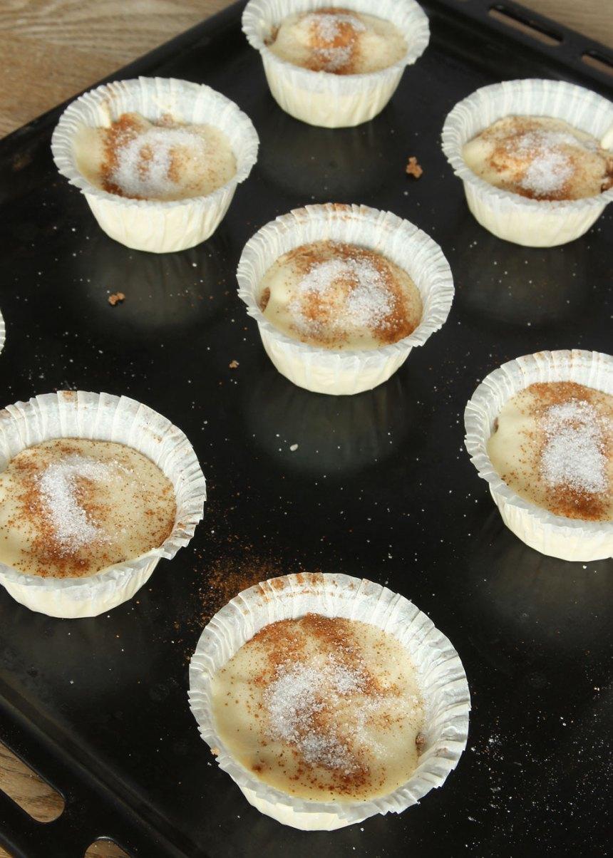 6. Strö över lite kanel och strösocker på alla muffins.