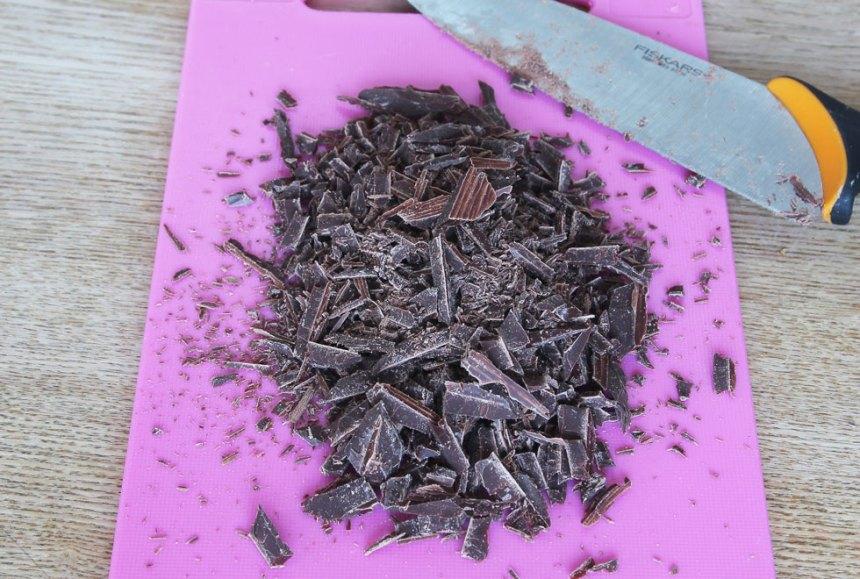 1. Värm upp hälften av vispgrädden i en kastrull. Bryt ner chokladen i bitar och smält den i grädden. Stäng av värmen direkt när det börjar bubbla. Låt blandningen kallna helt.