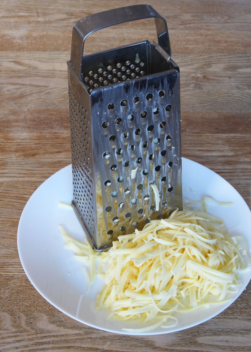 1. Sätt ugnen på 250 grader. Riv osten grovt.