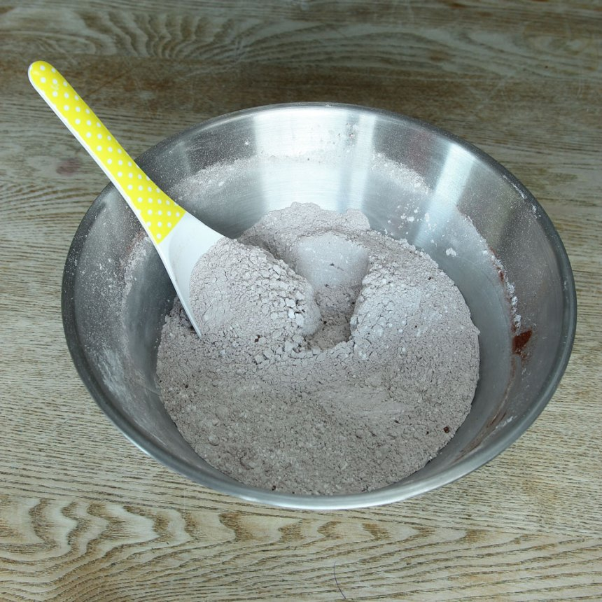 2. Blanda vetemjöl, florsocker, salt och kakao i en skål. Häll över smörblandningen och blanda ordentligt.