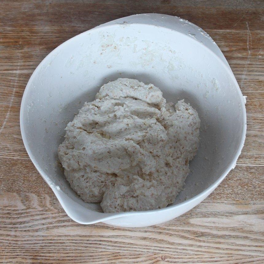 2. Blanda bakpulver, salt, grahamsmjöl, vetemjöl och ost i en bunke. Tillsätt smöret och nyp ihop det ordentligt med mjölblandningen. Häll ner filmjölken och blanda ihop allt till en lite kladdig deg.