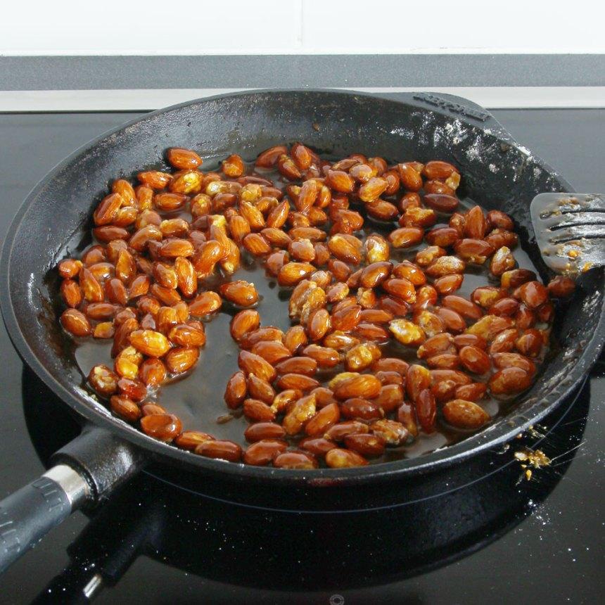 3. Sänk värmen till medel och rör om tills sockret smält. Reglera värmen så sockret inte bränns.