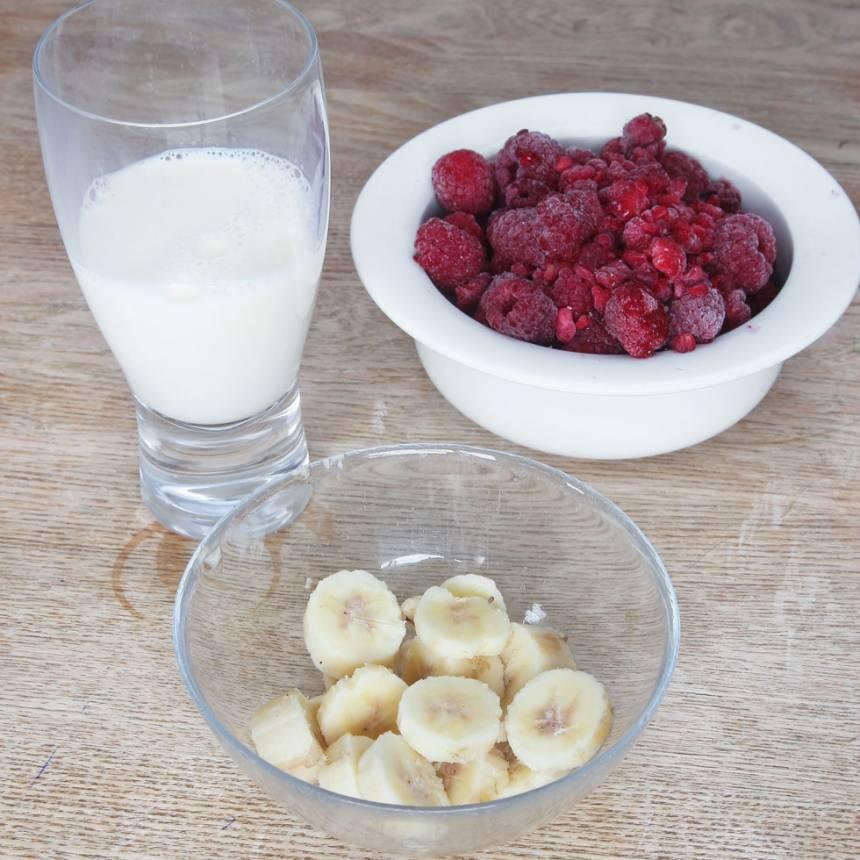 1. Skär bananen i bitar (det är lättare att mixa om man skär den i bitar). Mät upp hallonen och mjölken.
