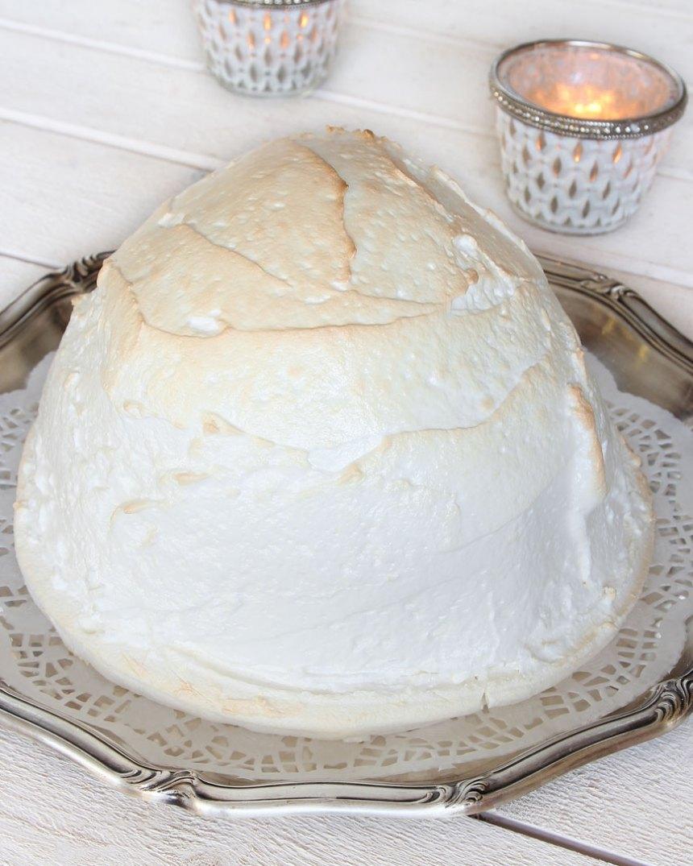 2. Knåda igenom degen på ett mjölat bakbord och forma den till en boll. Tryck ut bollen på en plåt, klädd med bakplåtspapper, ca 25 cm i diameter (degen ska vara lite rundad som en kulle). Låt degen jäsa under bakduk i ca 30 min. Sätt ugnen på 225 grader.