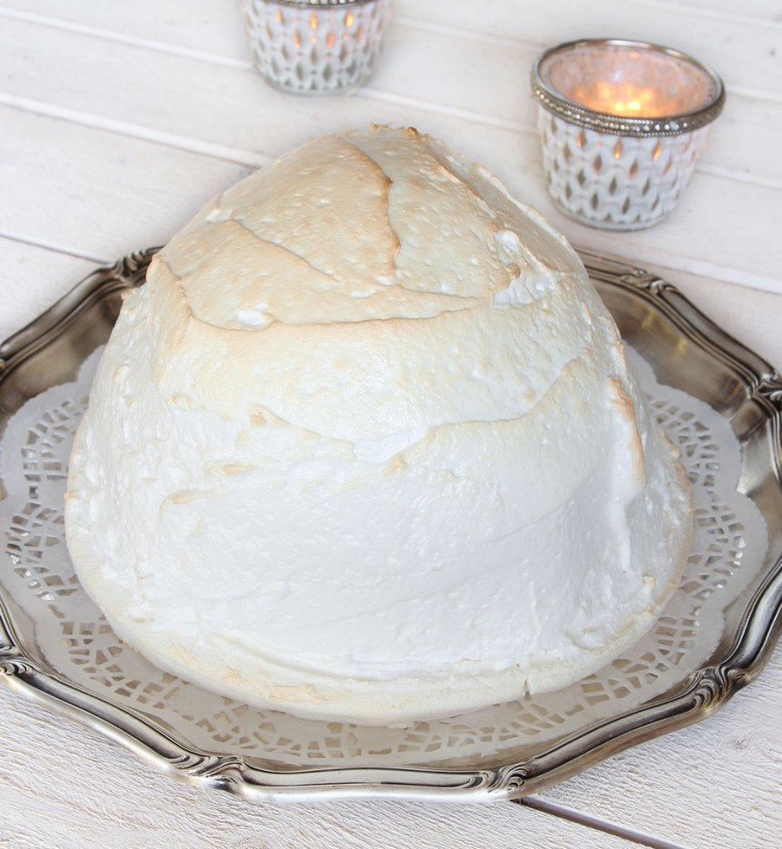 6. Grädda glassen så marängen får lite färg, ca 2–3 minuter. Servera direkt!