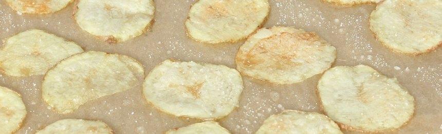 3. Upprepa och lägg på ytterligare två lager med glass, hallon och choklad. Ställ skålen i frysen i ca 1 tim så den är ordentligt fryst. Stjälp upp glassen på en tallrik.