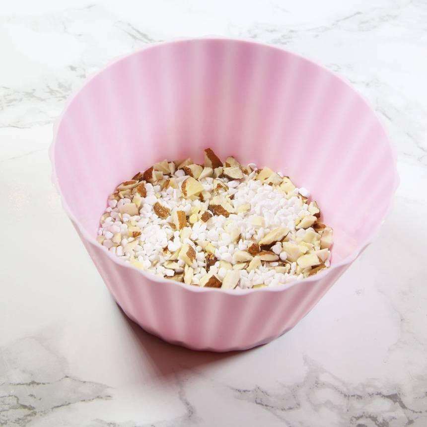 3. Blanda ihop hackad sötmandel och pärlsocker i en skål.