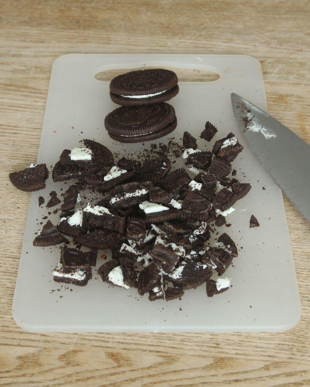 3. Skär kakorna i mindre bitar. Blanda ner dem i glassmeten.