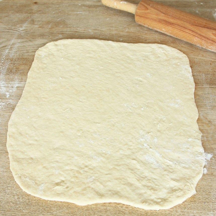 2. Dela degen i två delar. Lägg den ena biten i kylen. Kavla ut ena biten till en rektangel, ½–1 cm tjock på ett mjölat bakbord.