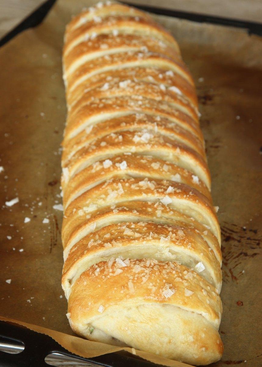 10. Grädda brödet mitt i ugnen i 20–25 min. Sänk värmen till 230 grader när du sätter in brödet.