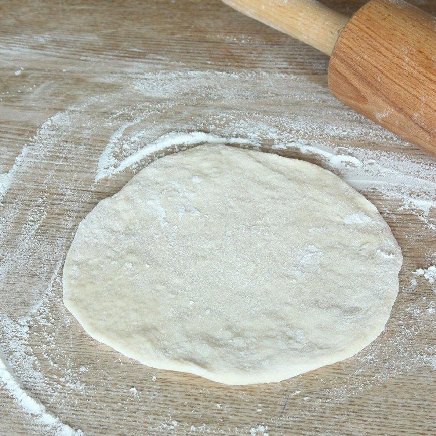 2. Dela degen i 10–14 bitar. Kavla ut dem till rundlar, ½–1 cm tjocka, på ett mjölat bakbord.