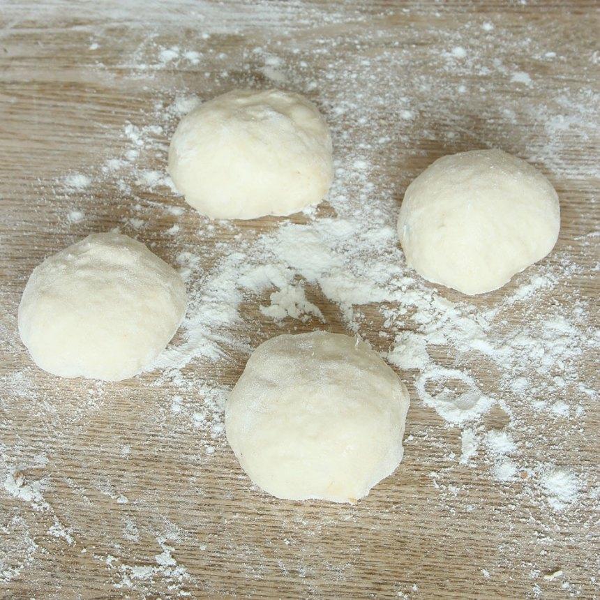 2. Dela degen i ca 16 bitar och rulla dem till bollar.