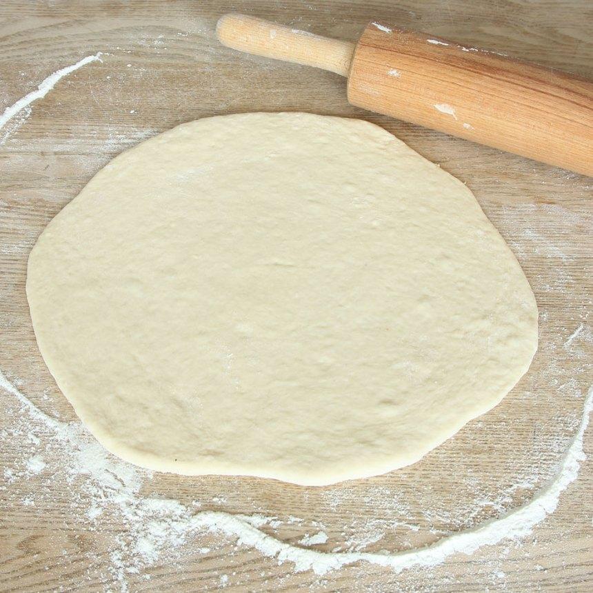2. Dela degen i två bitar. Kavla ut dem till rundlar, ½–1 cm tjocka, på ett mjölat bakbord. Lägg dem på varsin plåt med bakplåtspapper.