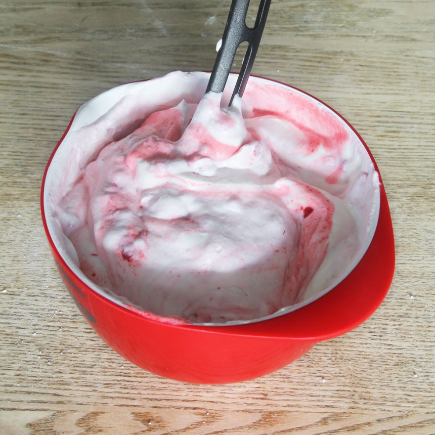 2. Vispa grädden fluffig och blanda hälften av grädden med 1–2 dl mosade hallon eller jordgubbar.