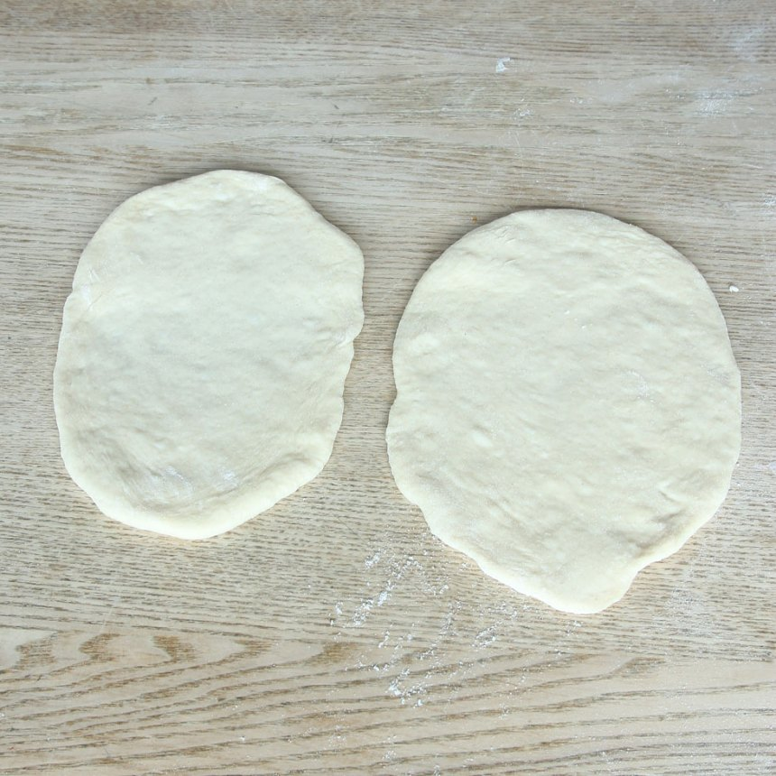 2. Dela degen i ca 16 bitar. Kavla ut dem till ovaler, ½–¾ cm tunna, på ett mjölat bakbord.