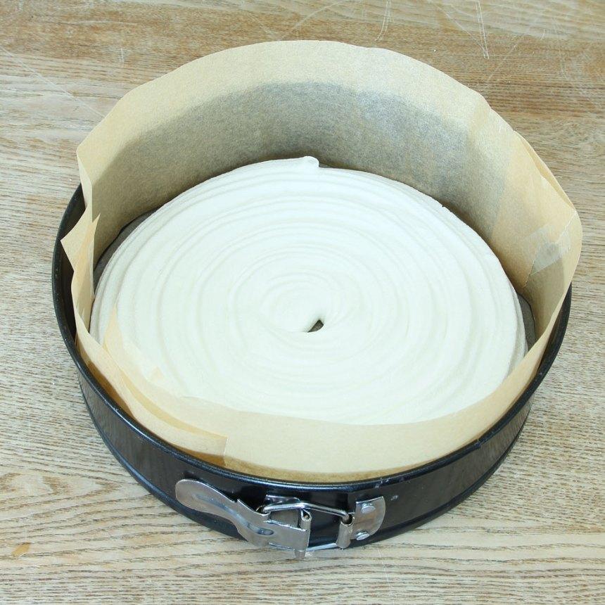 6. Lägg en marängbotten i botten på en rund form med samma storlek, klädd med bakplåtspapper i botten och på kanterna.